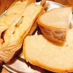 77409519 - 自家製パンとオリーブオイル
