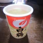 77414306 - 日本酒ひや500円。燗酒はありません。ゴミは持ち帰ってね。