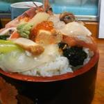 幸寿司 - びっくり丼の普通盛りを横から…