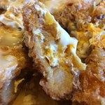 ゆき藤 - 「じゃんぼかつ丼」「とんかつ」断面接写。「とんかつ」が箸で楽々切れる。柔らかく繊細な味わいである。