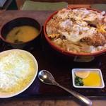 ゆき藤 - 「じゃんぼかつ丼」2,600円 全セット。味付けはやや甘め、実に食べ易い「かつ丼」である。つゆの量が抑えられていて、程良い量であった。