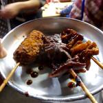 77426694 - 各種串を適当に鍋から取って食べた。串カツは、例によって揚げたてを土手鍋に浸して味噌串カツに。日本酒(燗酒一合)と合わせて、720円だった。