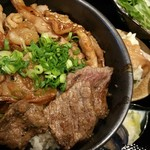 肉と日本酒 ゴッツジェイズ - 三ツ巴焼肉丼(ランチ800円)