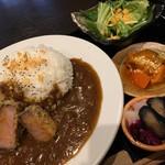 肉と日本酒 ゴッツジェイズ - 牛カツカレー(ランチ850円)