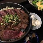 肉と日本酒 ゴッツジェイズ - 牛シャリアピンステーキ丼(ランチ880円)