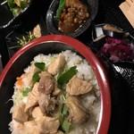 肉と日本酒 ゴッツジェイズ - 地鶏のチラシ寿司(ランチ780円)
