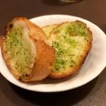 77432604 - ◇ガーリックトースト(300円):◎                       煮込みが洋風なら、これが必需品ですね。                       トーストと一緒にいただくと、一気に洋風になります。