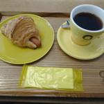 三角屋根 パンとコーヒー - 料理写真:ソーセージクロワッサンとコーヒー
