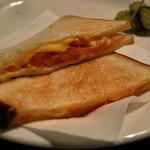 いるか喫茶バー - トマトチーズトーストのアップ