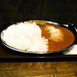 妻田カレー - こんな風に平らかに盛られます。アルミの大皿は直径30cmのはず。