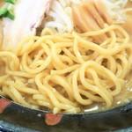 ラーメン雷豚 - 麺(中太麺)