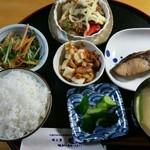 77449196 - (花)魚定食 ブリ塩焼 820円