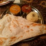 シャージ・パキスタンインドレストラン - レディースセット999円 左:ダール 右:キーマ ライスはまさかの長粒米ヽ(●´ε`●)ノ