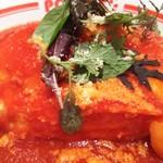 ポムの樹 - エビとチーズのトマトソースオムライス・アップ