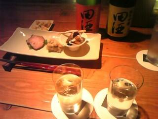 もろはく - 田酒2種。右は華想いという米。左は華吹雪という米。こうやって飲み比べするのも楽しいです。
