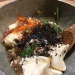 アムザ 炭焼笑店 陽 - マートン豆腐を黒七味と一味で味変!