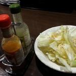 やきとり家すみれ - お通しの塩ダレキャベツ(ニンニク強め)330円とやきとり用の香辛料
