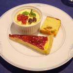 restaurant Stockholm - 土日祝限定のスモーガスボードランチ(3000円・外税・サ別) カスタードケーキ、リンゴンベリータルト、フルーツケーキ