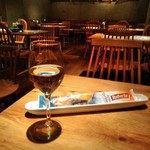 イタリアン&ワイン バル ビアージョ 新宿 - [ドリンク] フロイデ Riebfraumilch (白 グラスワイン) & GRISSINI ブレッドスティック