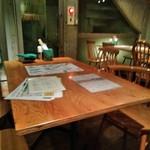 イタリアン&ワイン バル ビアージョ 新宿 - [内観] 店内 テーブル席 ②