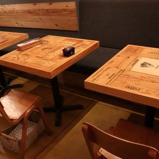 【テーブル席】優しい木目のテーブル席で弾む会話を楽しんで