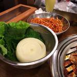 77475842 - プルコギ用の包み野菜&ネギサラダ