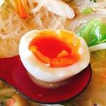77481805 - 日本一に卵で作ったゆで卵  100円                        の断面図