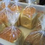 ダーシェンカ・菜 - 山型食パン(左)と手前は失念
