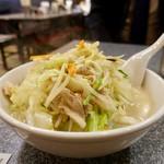 水餃の森の部屋 - 白湯水餃子、並盛。ご覧のように野菜が山盛り。これで並盛りとは…