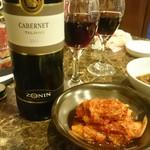 焼肉 コチカル - 赤ワインボトル。キムチ