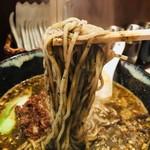 胡楼亭 - 麺は細麺か太麺で選べますが、「細麺」をチョイス。 黒胡麻が麺に絡む絡む、運ぶ運ぶ。  スープと麺、一体化しています。