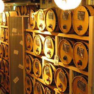 【日本初!】壁一面の樽ワイン50種類が290円で飲み放題!!