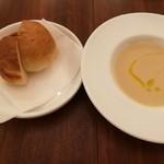 77502682 - まったりトロ~リ甘味が広がるじゃがいものスープ、自家製パン2種