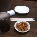 橋頭 私家菜 - ・布オシボリ、水はセルフ、ピーナツはお通し(無料)