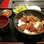 名門 - 国産牛たっぷり焼肉丼の図