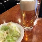 やきとり家 すみれ - 「生ビール(中)」一番搾り。398円と「お通し」330円也。