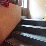 ガムランディー - 入口ドア開けると階段