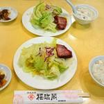 福臨閣 - セットのサラダ(かなり山盛り)・ライス・ザーサイ