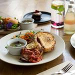 METoA Cafe & Kitchen - ハリッサチキンプレート