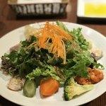 ハタケ青山 - 盛り付けの美しいサラダ