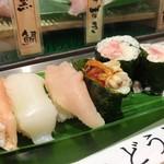 魚がし日本一 - にぎり晩酌セットの寿司四貫と巻物