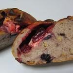 パンドール - ブルーベリーといちごとクリームチーズのカンパーニュ