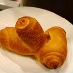 ステラ カデンテ - 変わった形のパン。名前を失念(ll-ω-) 土偶を連想しました(笑) 外側はかなり硬い!中は柔らかい♪