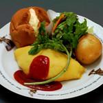ラケル - 当店にて好評のラケルパン.サラダ.男爵イモ.チキンライスのオムライスのワンプレーと料理です。