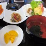光琳 - 汁椀はワカメのお吸い物、小鉢はゴボウやレンコンの根菜とコンニャクを少しピリ辛に煮込んでありました。