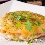 鉄板焼 曉 - 焼けたチーズの香りがたまらない『焼きチーズポテトサラダ』
