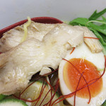 麺家の宝刀 鷉 - 柔らかなヘルシー鶏チャーシューと味玉入り。