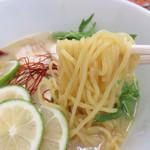 麺家の宝刀 鷉 - 博多ラーメン風ではなく、むっちりした中太麺。