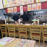 麺家の宝刀 鷉 - 店内。カウンターとテーブル席。