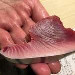 第三春美鮨 - 本日の課題 先日、石川県の『すし処めくみ』でも出てきた能登の戻り鰹。 当アカデミーに数年ぶり以上の登場です。